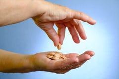 Κινηματογράφηση σε πρώτο πλάνο των φαρμάκων εκμετάλλευσης χεριών της ανώτερης γυναίκας στοκ φωτογραφίες