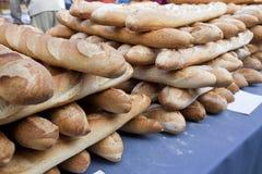 Κινηματογράφηση σε πρώτο πλάνο των φραντζολών στο ψωμί στο κατάστημα Στοκ Εικόνα