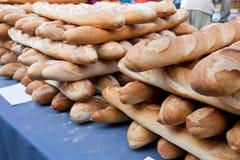Κινηματογράφηση σε πρώτο πλάνο των φραντζολών στο ψωμί στο κατάστημα Στοκ Εικόνες
