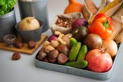 Κινηματογράφηση σε πρώτο πλάνο των φρούτων φθινοπώρου, λαχανικά, καρύδια στο μετρητή κουζινών Στοκ Φωτογραφία