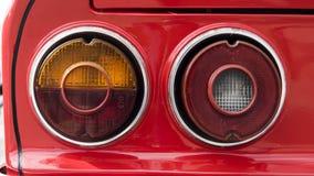 Κινηματογράφηση σε πρώτο πλάνο των φω'των ουρών ενός κλασικού αυτοκινήτου Στοκ εικόνα με δικαίωμα ελεύθερης χρήσης