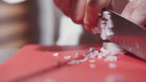 Κινηματογράφηση σε πρώτο πλάνο των χεριών αρχιμαγείρων που μαγειρεύουν και που προετοιμάζουν τα τρόφιμα στην ανοικτή κουζίνα εστι φιλμ μικρού μήκους