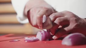 Κινηματογράφηση σε πρώτο πλάνο των χεριών αρχιμαγείρων που μαγειρεύουν και που προετοιμάζουν τα τρόφιμα στην ανοικτή κουζίνα εστι απόθεμα βίντεο