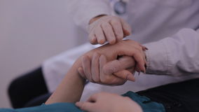 Κινηματογράφηση σε πρώτο πλάνο των χεριών γιατρών ` s που κτυπούν το υπομονετικό χέρι ` s, ανακουφίζοντας και κατευναστικός αυτή φιλμ μικρού μήκους