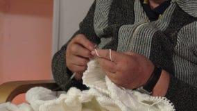 Κινηματογράφηση σε πρώτο πλάνο των χεριών ενός πλεξίματος ηλικιωμένων γυναικών απόθεμα βίντεο