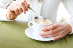 Κινηματογράφηση σε πρώτο πλάνο των χεριών καφέ και γυναικών φλυτζανιών. Κορίτσι σε ένα καφές-σπάσιμο Στοκ Εικόνα