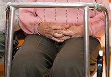 Κινηματογράφηση σε πρώτο πλάνο των χεριών μιας ηλικιωμένης γυναίκας που ενώνονται Στοκ εικόνες με δικαίωμα ελεύθερης χρήσης