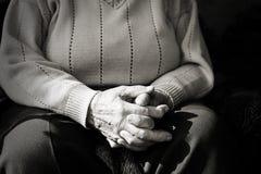 Κινηματογράφηση σε πρώτο πλάνο των χεριών μιας ηλικιωμένης γυναίκας που ενώνονται Στοκ φωτογραφία με δικαίωμα ελεύθερης χρήσης