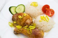 Κινηματογράφηση σε πρώτο πλάνο του ψημένου κοτόπουλου με το ρύζι Στοκ Εικόνες