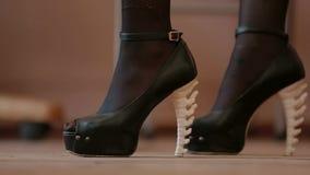 Κινηματογράφηση σε πρώτο πλάνο των ψηλοτάκουνων παπουτσιών των γυναικών απόθεμα βίντεο