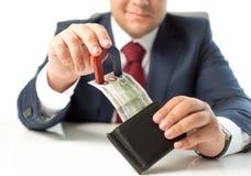Κινηματογράφηση σε πρώτο πλάνο των stealing χρημάτων επιχειρηματιών από το πορτοφόλι με το μαγνήτη Στοκ φωτογραφία με δικαίωμα ελεύθερης χρήσης