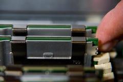 Κινηματογράφηση σε πρώτο πλάνο υποδοχών RAM στη μητρική κάρτα υπολογιστών Στοκ φωτογραφίες με δικαίωμα ελεύθερης χρήσης