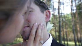 Κινηματογράφηση σε πρώτο πλάνο φιλήματος νυφών και νεόνυμφων απόθεμα βίντεο