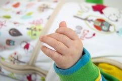 Κινηματογράφηση σε πρώτο πλάνο χεριών μωρών Στοκ φωτογραφία με δικαίωμα ελεύθερης χρήσης