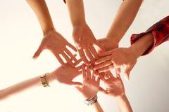 Κινηματογράφηση σε πρώτο πλάνο χεριών των φίλων που ενώνονται από κοινού Η έννοια του φίλου Στοκ φωτογραφίες με δικαίωμα ελεύθερης χρήσης