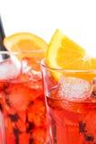 Κινηματογράφηση σε πρώτο πλάνο δύο ποτηριών του κοκτέιλ aperol απεριτίφ spritz με τις πορτοκαλιούς φέτες και τους κύβους πάγου πο Στοκ Εικόνα