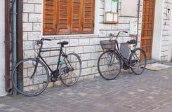 Κινηματογράφηση σε πρώτο πλάνο δύο ποδηλάτων Στοκ Φωτογραφία