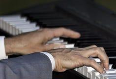 Κινηματογράφηση σε πρώτο πλάνο δύο χεριών στα κλειδιά πιάνων Στοκ Φωτογραφίες