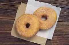 Κινηματογράφηση σε πρώτο πλάνο δύο donuts Στοκ Φωτογραφία