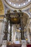 Κινηματογράφηση σε πρώτο πλάνο Bernini ` s Baldacchino κάτω από το θόλο της βασιλικής του ST Peter ` s Στοκ φωτογραφίες με δικαίωμα ελεύθερης χρήσης
