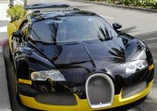 Κινηματογράφηση σε πρώτο πλάνο Bugatti στο δρόμο στοκ φωτογραφία