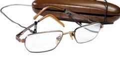 Κινηματογράφηση σε πρώτο πλάνο eyeglasses δίπλα στην περίπτωσή του στοκ εικόνες