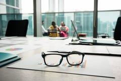 Κινηματογράφηση σε πρώτο πλάνο eyeglasses σε ένα τυπωμένο ιστόγραμμα που παρουσιάζει πρόοδο Στοκ Εικόνα