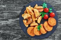 Κινηματογράφηση σε πρώτο πλάνο juicy εύγευστα τηγανισμένα cutlets κοτόπουλου Στοκ εικόνες με δικαίωμα ελεύθερης χρήσης