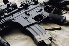 Κινηματογράφηση σε πρώτο πλάνο M4A1 όπλα και στρατιωτικός εξοπλισμός για το στρατό στοκ εικόνες