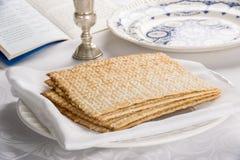 Κινηματογράφηση σε πρώτο πλάνο Matzah στο πιάτο Στοκ Εικόνες