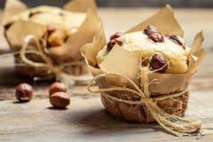 Κινηματογράφηση σε πρώτο πλάνο muffin βανίλιας με τα καρύδια Στοκ Φωτογραφία