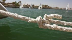 Κινηματογράφηση σε πρώτο πλάνο sailboat του σχοινιού στη μαρίνα με μικρό απόθεμα βίντεο