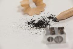 Κινηματογράφηση σε πρώτο πλάνο sharpener και του μολυβιού Στοκ Εικόνες