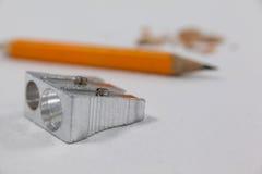 Κινηματογράφηση σε πρώτο πλάνο sharpener και του μολυβιού Στοκ φωτογραφία με δικαίωμα ελεύθερης χρήσης