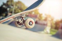 Κινηματογράφηση σε πρώτο πλάνο skateboard στο skatepark Στοκ εικόνα με δικαίωμα ελεύθερης χρήσης