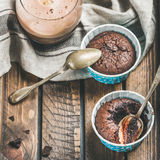 Κινηματογράφηση σε πρώτο πλάνο souffle σοκολάτας στα φλυτζάνια ψησίματος και τον καφέ mocha Στοκ Φωτογραφίες