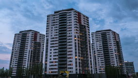 Κινηματογράφηση σε πρώτο πλάνο timelapse καθημερινά των σύγχρονων κτηρίων, σπίτια απόθεμα βίντεο