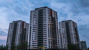 Κινηματογράφηση σε πρώτο πλάνο timelapse καθημερινά των σύγχρονων κτηρίων, σπίτια 4K απόθεμα βίντεο