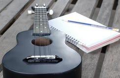 Κινηματογράφηση σε πρώτο πλάνο ukulele σε ένα ξύλινο πάτωμα Στοκ φωτογραφία με δικαίωμα ελεύθερης χρήσης