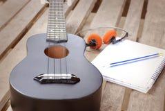 Κινηματογράφηση σε πρώτο πλάνο ukulele σε ένα ξύλινο πάτωμα Στοκ Φωτογραφία