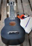 Κινηματογράφηση σε πρώτο πλάνο ukulele σε ένα ξύλινο πάτωμα Στοκ Εικόνα