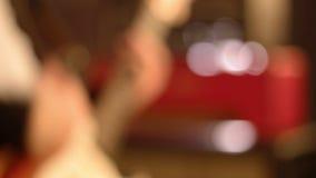 Κινηματογράφηση σε πρώτο πλάνο Unsharp κιθαριστών σε ένα αρσενικό παιχνίδι χεριών σκληρά σε μια ηλεκτρική κιθάρα απόθεμα βίντεο