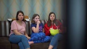 Κινηματογράφος οικογενειακής προσοχής και κατανάλωση Popcorn απόθεμα βίντεο
