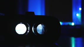 Κινηματογράφος που παίζει την εσωτερική συσκευή εικονικής πραγματικότητας απόθεμα βίντεο