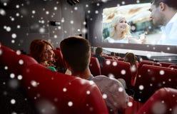 Κινηματογράφος προσοχής ευτυχών φίλων ή ζευγών στο θέατρο Στοκ φωτογραφία με δικαίωμα ελεύθερης χρήσης