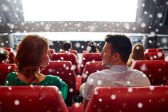 Κινηματογράφος προσοχής ευτυχών φίλων ή ζευγών στο θέατρο Στοκ εικόνες με δικαίωμα ελεύθερης χρήσης