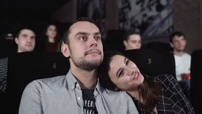 Κινηματογράφος προσοχής ζευγών αγάπης στο θέατρο κινηματογράφων Άνθρωποι που απολαμβάνουν την ταινία απόθεμα βίντεο