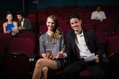Κινηματογράφος προσοχής ζεύγους στο θέατρο στοκ εικόνα με δικαίωμα ελεύθερης χρήσης