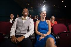 Κινηματογράφος προσοχής ζεύγους στο θέατρο στοκ εικόνες με δικαίωμα ελεύθερης χρήσης