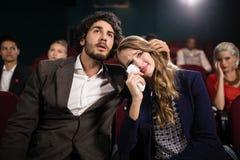 Κινηματογράφος προσοχής ζεύγους στο θέατρο στοκ εικόνες